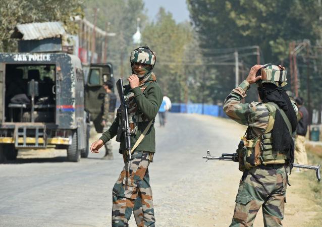 巴基斯坦政府宣布,巴方将降低与印度的外交关系级别,暂停双边贸易