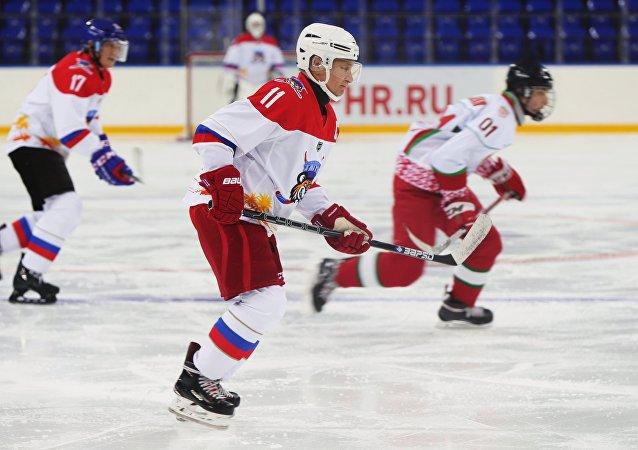 普京、卢卡申科和他的儿子尼古拉在索契同队登场