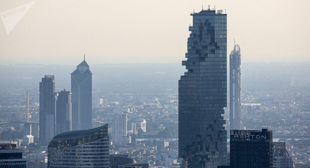 曼谷150座高楼集体洒水抗霾