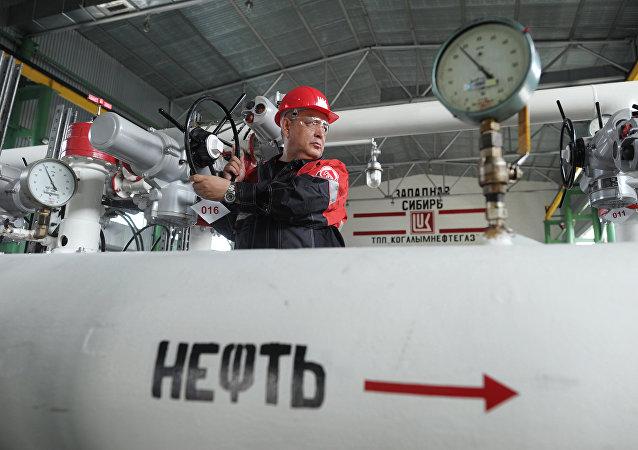 俄财长:俄罗斯能够承受油价暴跌