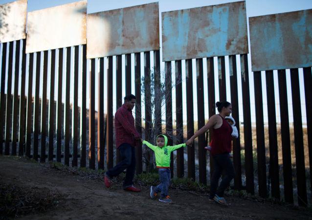 洪都拉斯新一波移民车队开始抵达与墨西哥接壤的地区