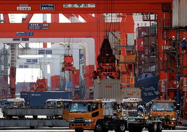 Японский флаг на фоне торгового порта в Токио.