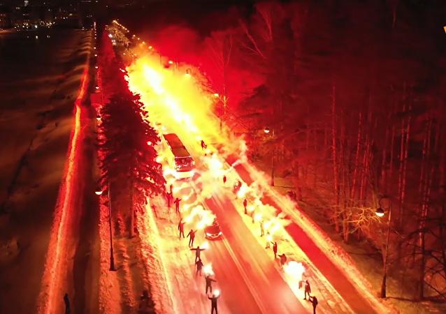 俄球迷点亮百米公路为泽尼特球队助威