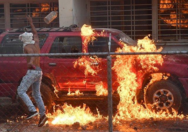 一伙激进分子焚毁巴委两国边境委内瑞拉国民卫队的汽车