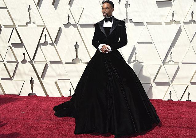 比利·波特身着丝绒礼服亮相奥斯卡红毯