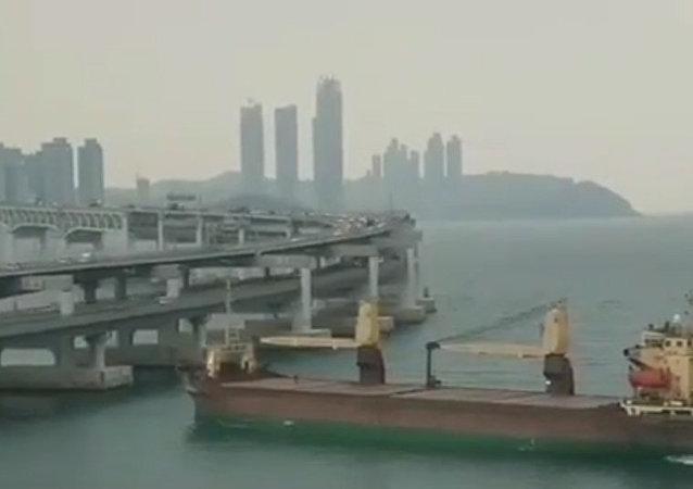 俄罗斯货船撞到韩国釜山的一座桥