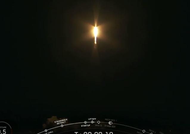 伊隆•马斯克公司航天器上的拟人飞行被拍成视频
