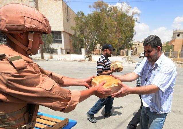 俄军方向阿勒颇居民分发4吨面包
