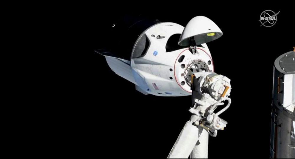 """载有4名宇航员的""""龙""""飞船与国际空间站脱离对接并开始返回地球"""