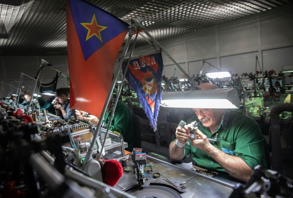 """工作人员在车间打磨钻石。椭圆形""""华丽粉钻""""重14.83克拉,曾在莫斯科埃罗莎公司钻石展上展出"""