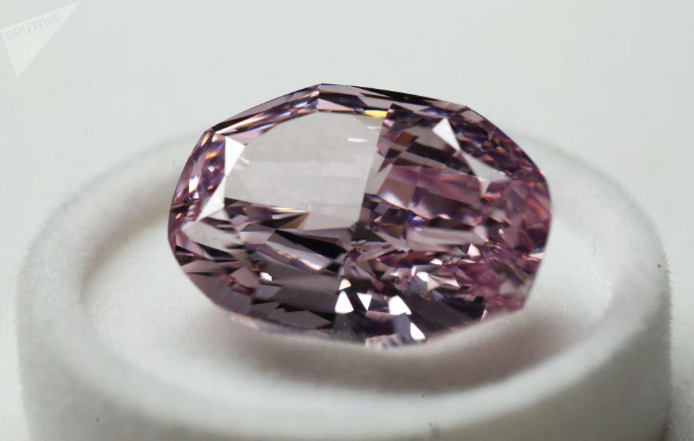 """埃罗莎公司展出的椭圆形""""华丽粉钻""""重14.83克拉,是俄罗斯生产的最贵钻石"""