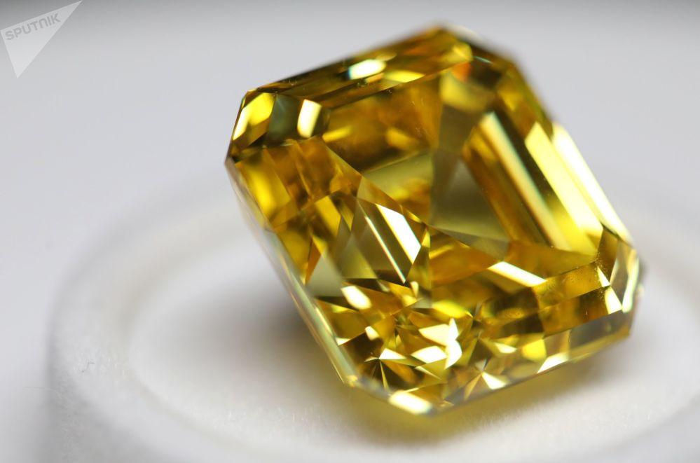 """埃罗莎公司展出阿斯切型""""璀璨黄钻"""",重20.69克拉,这是俄罗斯打磨的最大、最明亮的黄钻"""