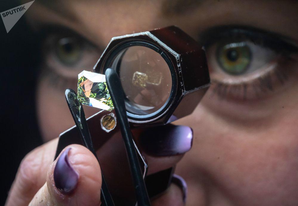 在莫斯科埃罗莎钻石有限责任公司技术控制和评估车间,一名女员工在鉴定钻石