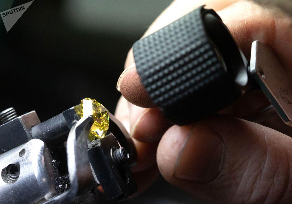 莫斯科埃罗莎钻石有限责任公司的一名工作人员在切割车间检查钻石