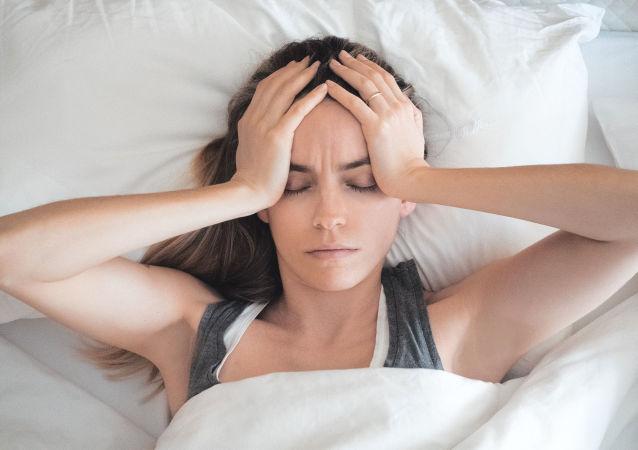 Девушка в своей постели утром