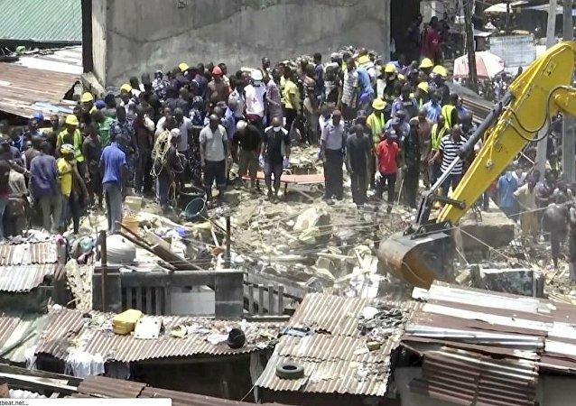 尼日利亚学校楼房垮塌 包括儿童在内约20人获救