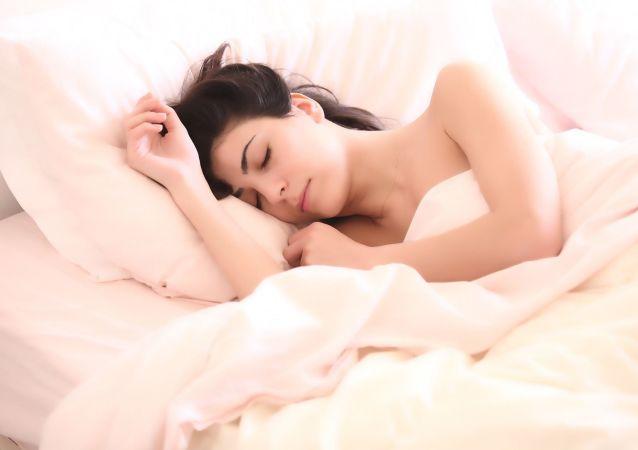 Спящая девушка в кровати