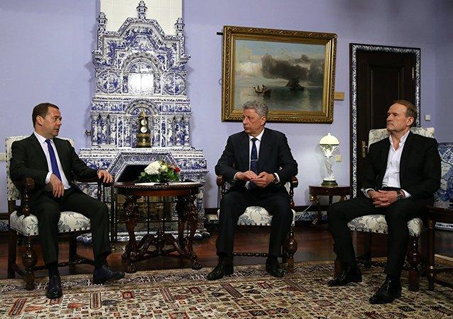 俄罗斯总理梅德韦杰夫(左)、反对派平台-为了生活党领袖博伊科(中)和反对派平台-为了生活党政治委员会主席梅德韦丘克