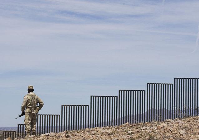 特朗普:美墨边境建成386公里隔离墙