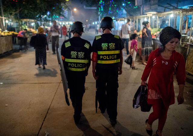 Полиция патрулирует ночной рынок в Кашгаре, Синьцзян-Уйгурский автономный район Китая