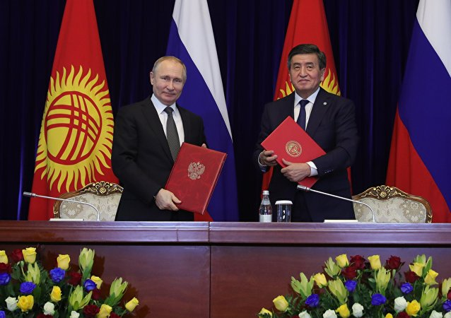 俄罗斯总统普京(左)和吉尔吉斯斯坦总统热恩别科夫