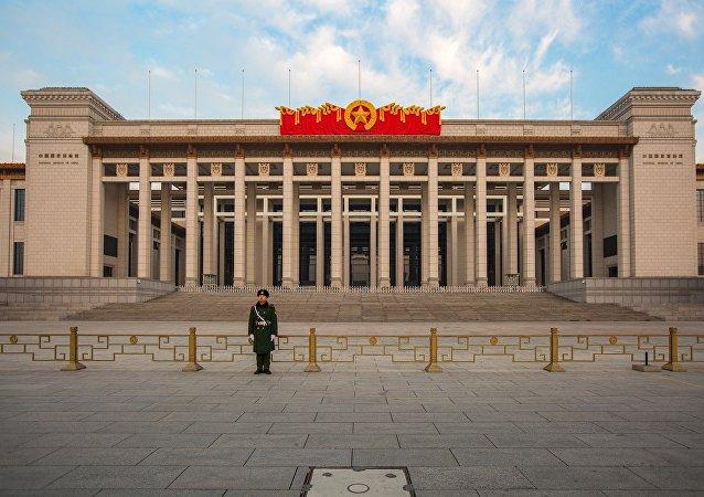 中国拟将侮辱诽谤英雄烈士行为确定为犯罪 高空抛物、抢夺公车方向盘入刑
