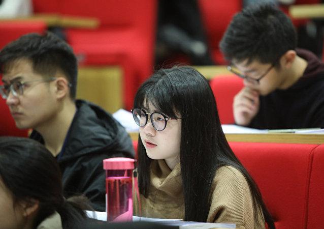 Китайская студентка во время лекции в Лондонской школе экономики