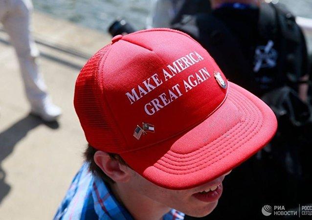 一名戴着俄语版特朗普口号帽子的男子在美国被打