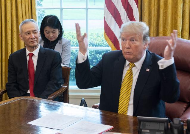 美国总统特朗普(右)和中国副总理刘鹤