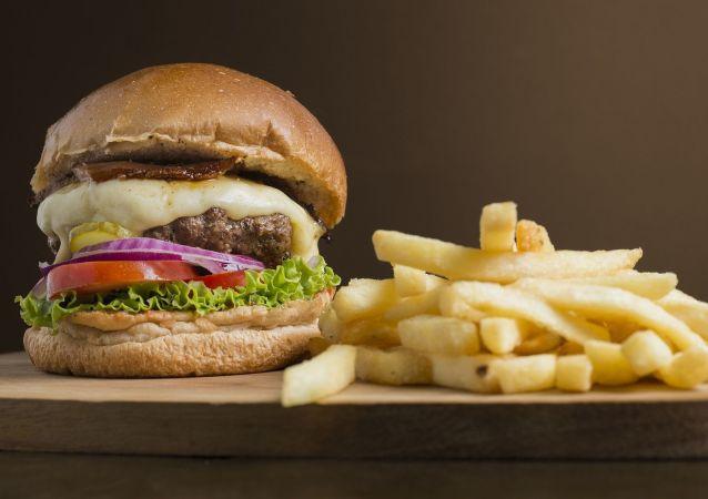 一澳大利亚人从麦当劳买到夹生鸡块的汉堡