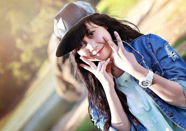 Азиатская девушка в кепке