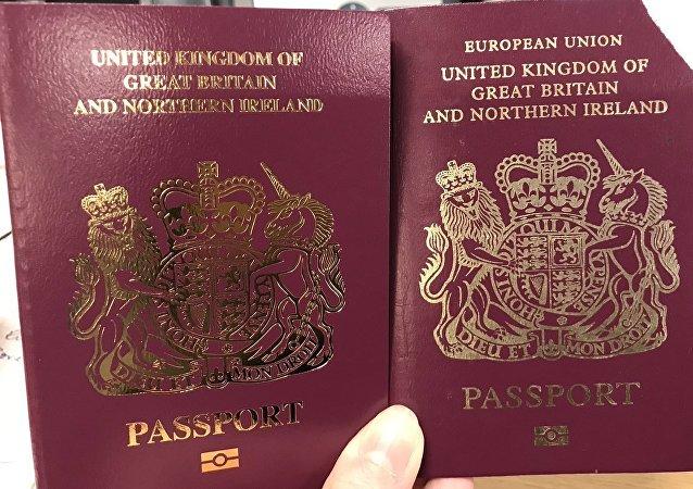 """英国将发放没有""""欧盟""""字样的新出国护照"""