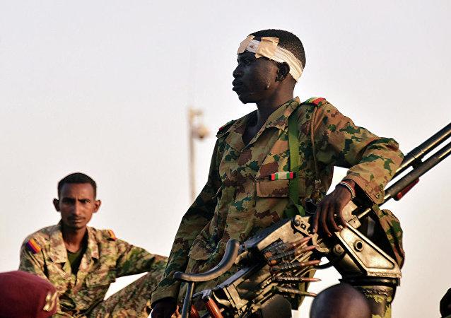 """黎巴嫩""""广场""""电视台援引消息人士的话报道称,苏丹军方决定解除总统巴希尔所有职务并解散内阁"""