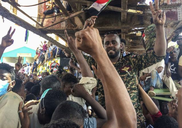 媒体:苏丹军方开始驱散喀土穆反对派的帐篷营地 一人死亡