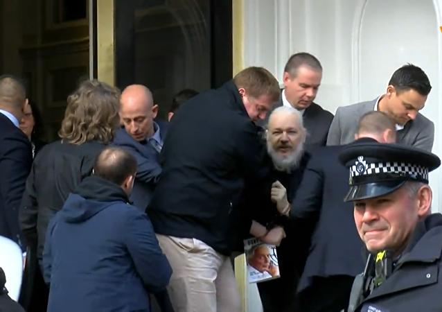 阿桑奇在厄瓜多尔驻伦敦大使馆旁被捕