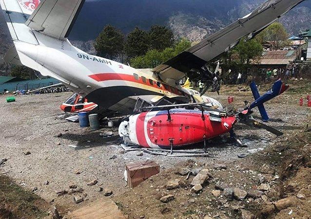 尼泊尔机场一架飞机在滑行时与一架直升机相撞 造成两人死亡