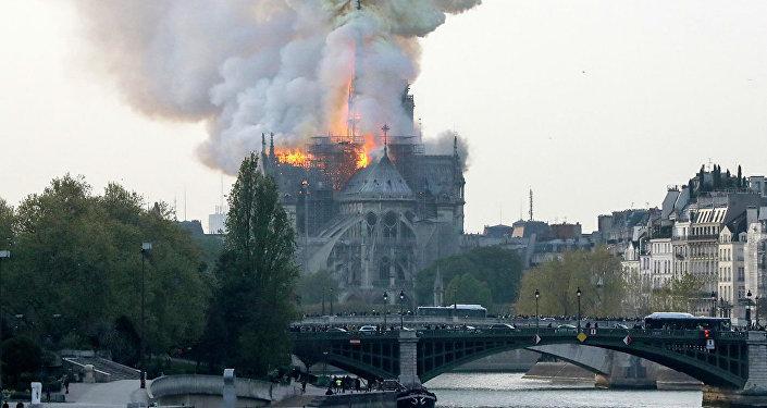 法国巴黎圣母院突发火灾
