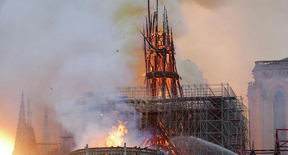 起火的巴黎圣母院的屋顶已经坍塌