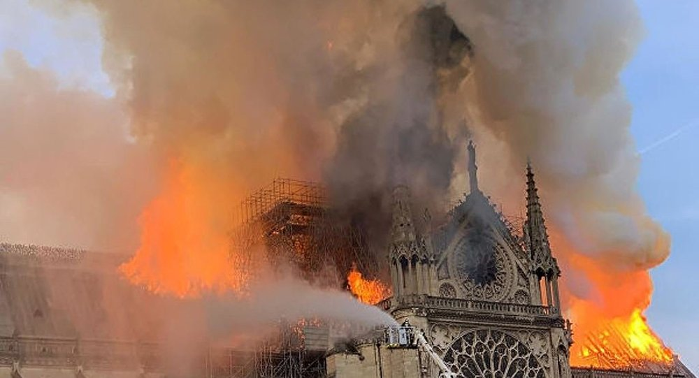 据媒体报道,巴黎圣母院内的钟在火灾中坠落