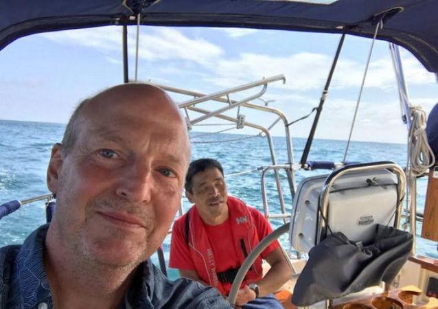 一名失明的日本人乘小艇在世界上第一个横跨太平洋