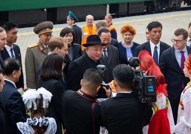 俄罗斯小学生讲述迎接仪式上金正恩品尝面包的情景