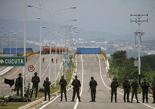 在与哥伦比亚边境的委内瑞拉士兵