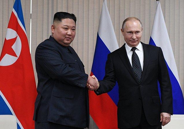 俄罗斯总统普京(右)和朝鲜领导人金正恩