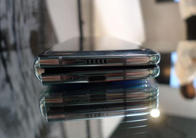 Смартфон Samsung Galaxy Fold в сложенном положении