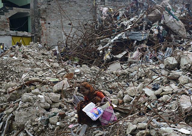 孟加拉国一大楼坍塌时救人的学生自杀身亡