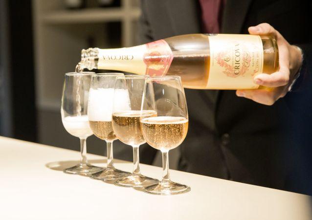 开香槟时会产生超音速冷凝二氧化碳气流