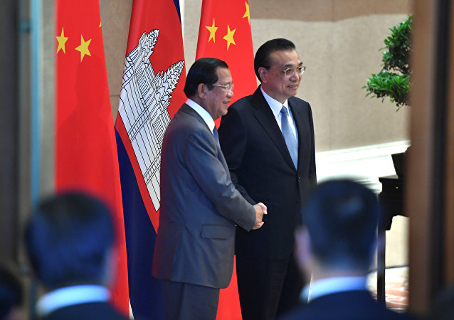 欧盟加大对柬埔寨施压力度而中国则向柬伸出援助之手