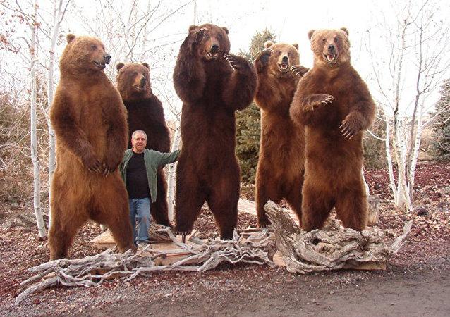 美国猎人在勘察加的猎熊标本
