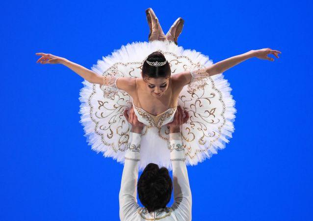 俄航天集团分享芭蕾舞演员在国际空间站模型中跳舞视频