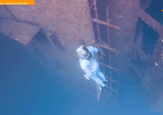 英国自由潜水员在塞浦路斯沉船中游泳